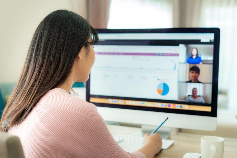 Junge Dame in einer Online-Befragung für Marktforschung