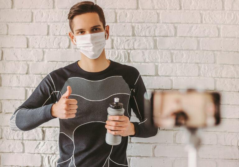 Tester für Marktforschungsstudien mit Maske